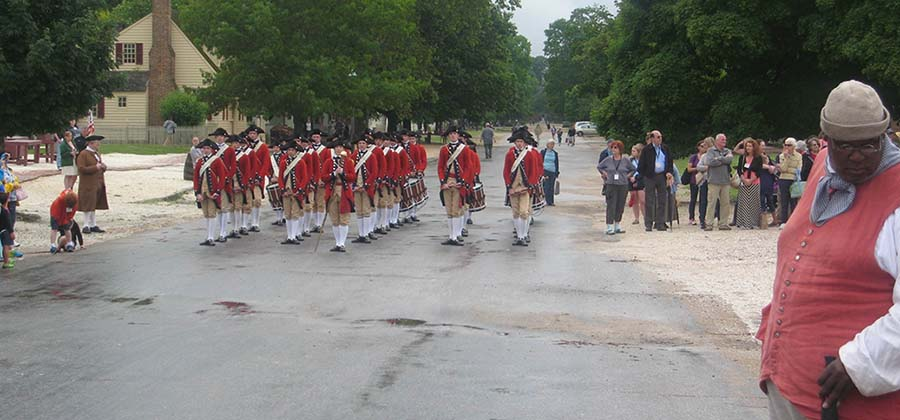 Das Colonial Williamsburg Fife and Drum Corps in Aktion